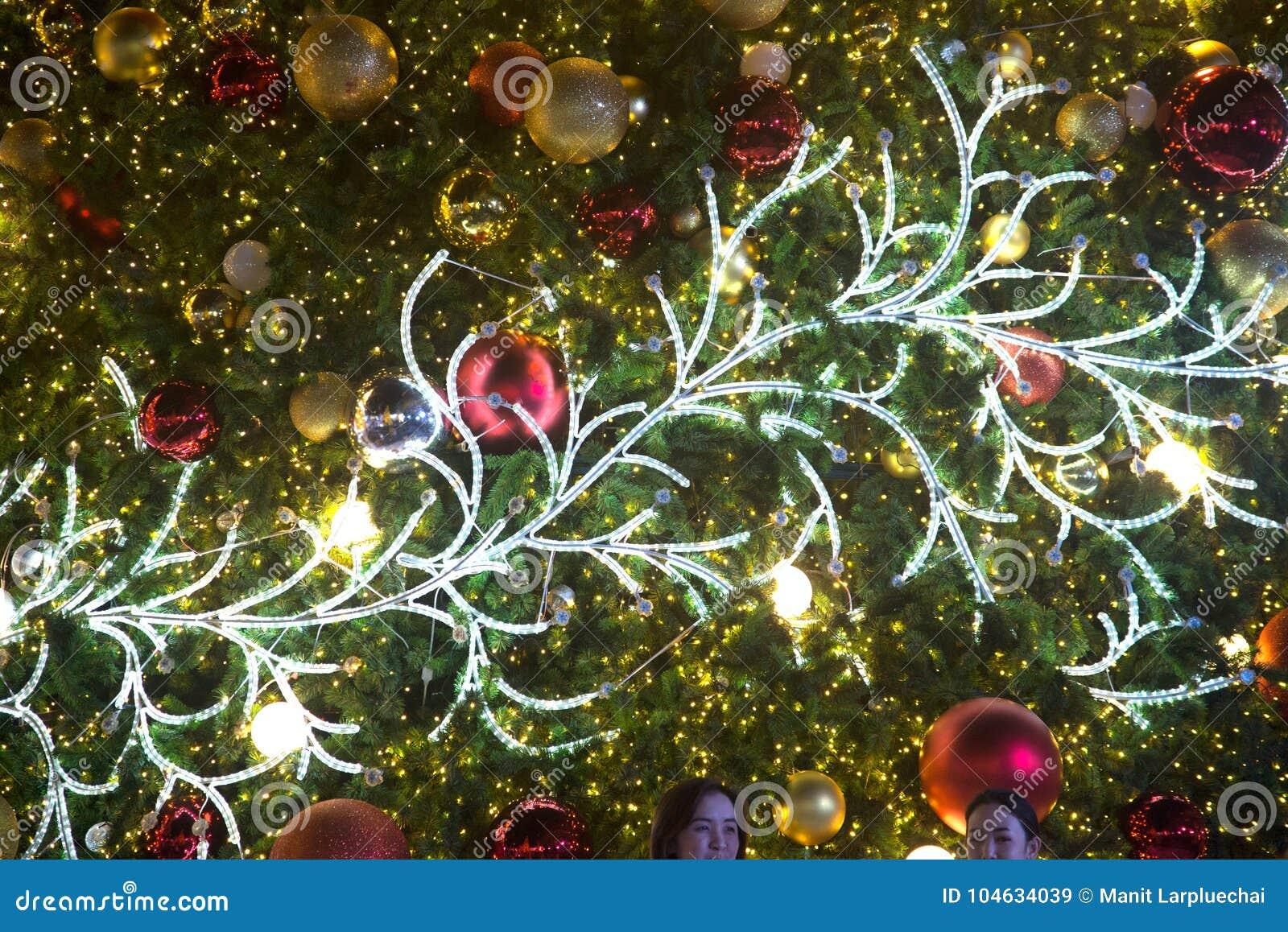 Download De Lichten Worden Verfraaid Door Takken Van Bomendecoratie Bij Kerstboomviering Stock Afbeelding - Afbeelding bestaande uit takken, fairy: 104634039