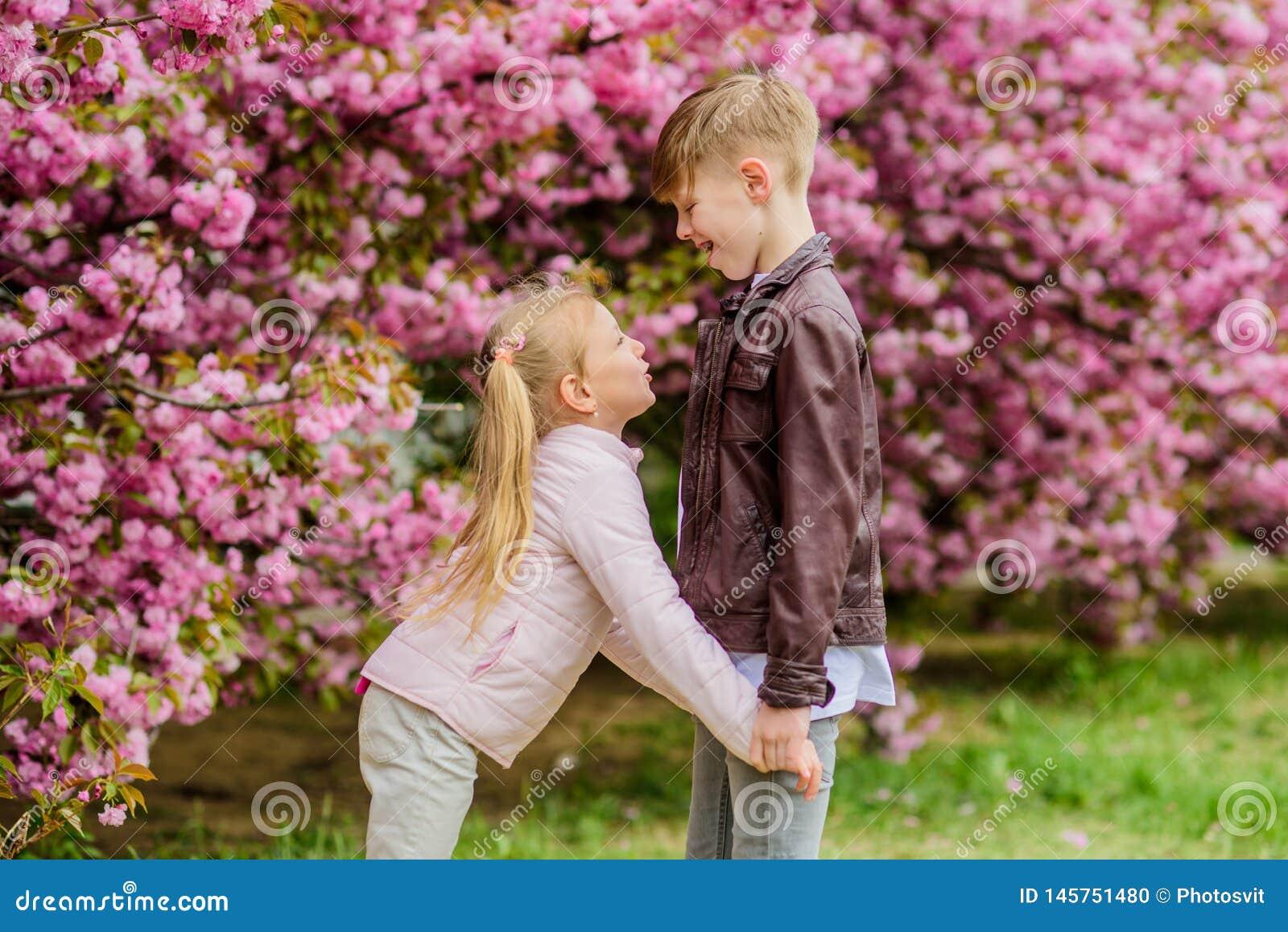 De liefde is in de lucht Tuin van de gangsakura van paar de aanbiddelijke mooie jonge geitjes E Gelukkige jonge geitjes romantisc