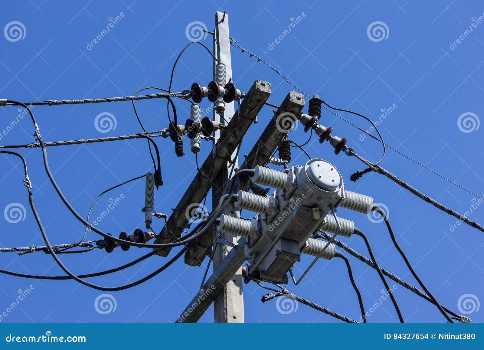 De lijn van close-upeletricity en elektriciteitspost