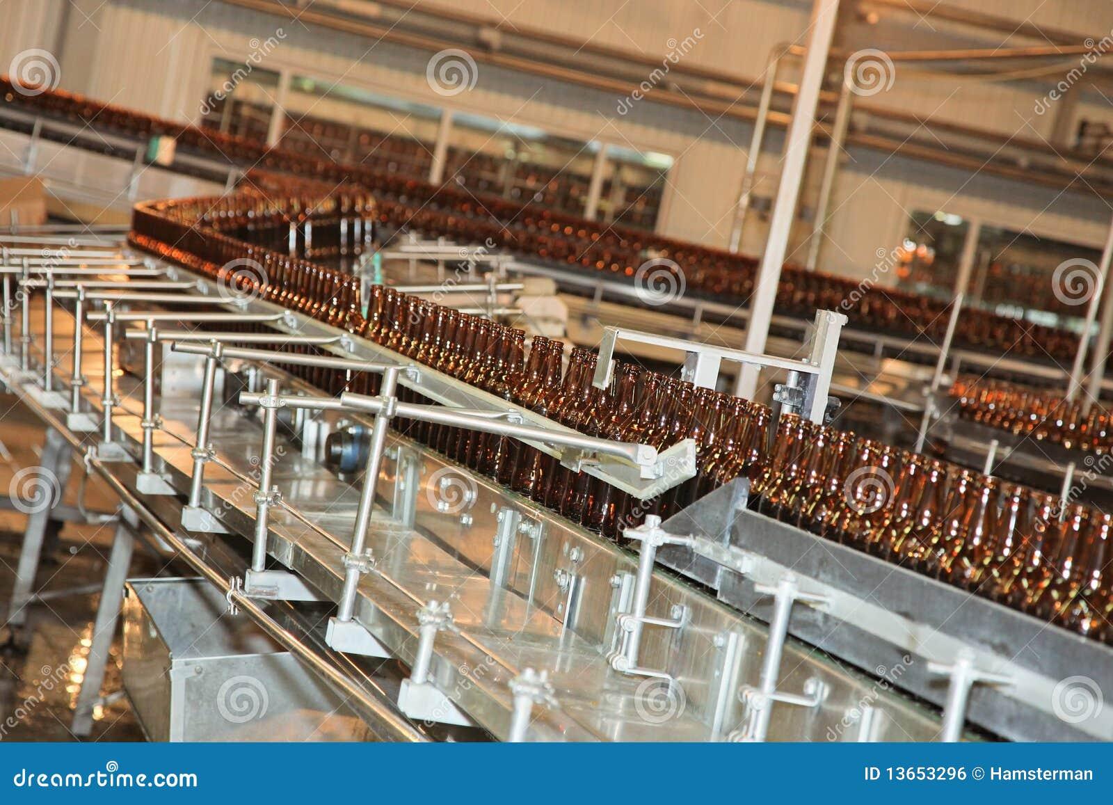 De lijn van de transportband met vele bierflessen