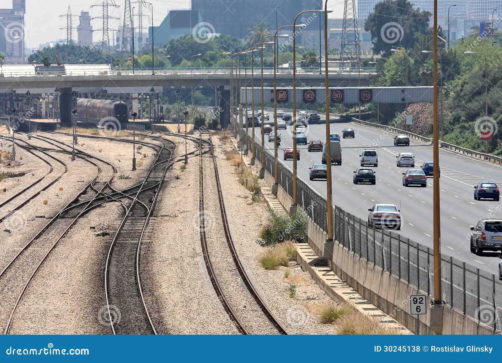 Spoorwegen en weg in Tel Aviv, Israël.
