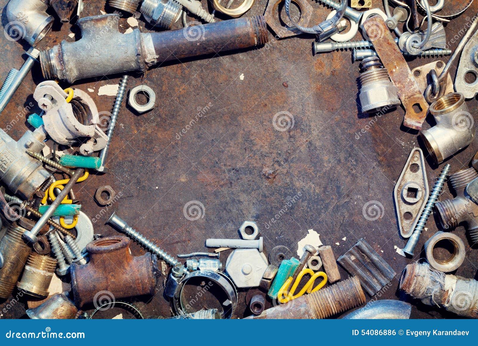 De lijst van het werkbankmetaal met oude watervoorzieningsdelen