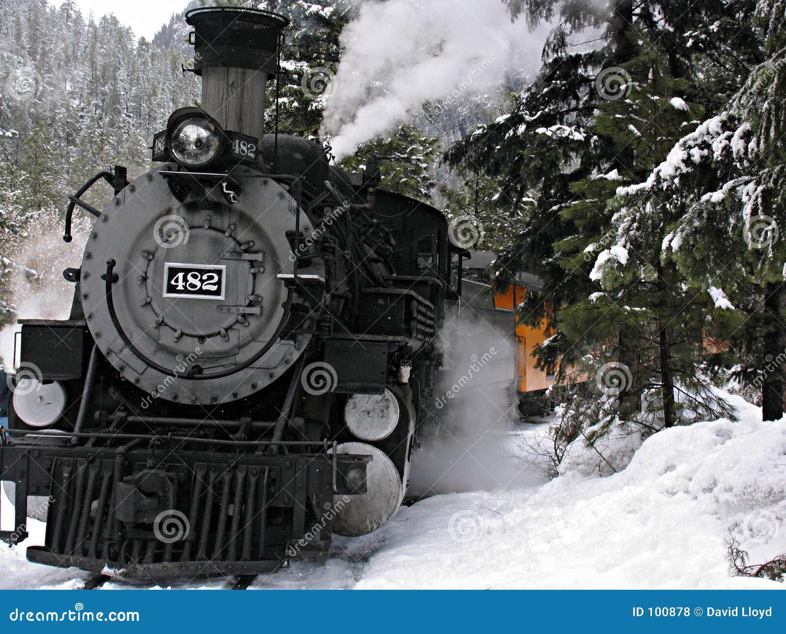 De locomotief van de stoom in sneeuw