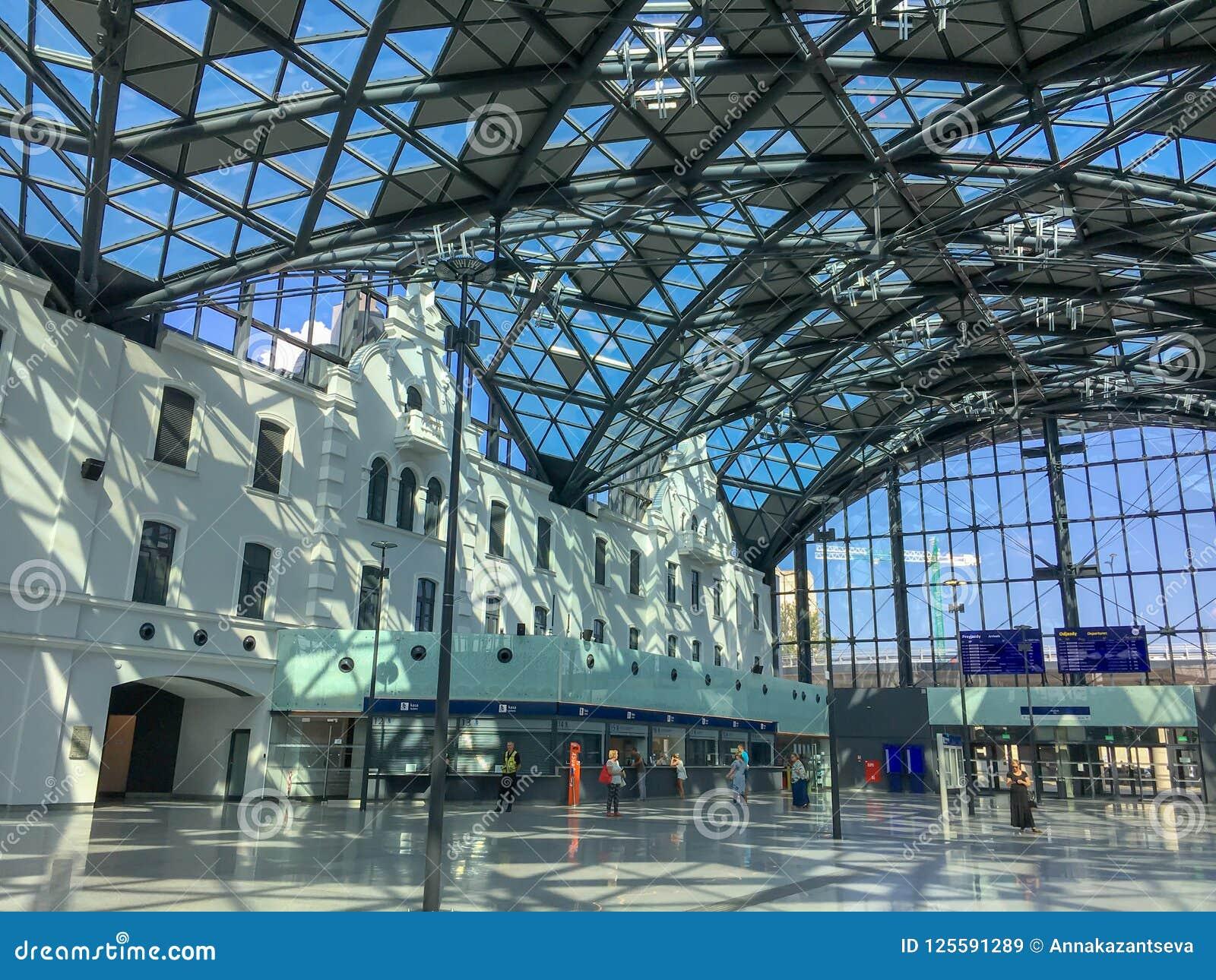 ` De Lodz Fabryczna del ` del ferrocarril dentro del interior con la gente irreconocible, Lodz, Polonia St hermoso moderno, futur