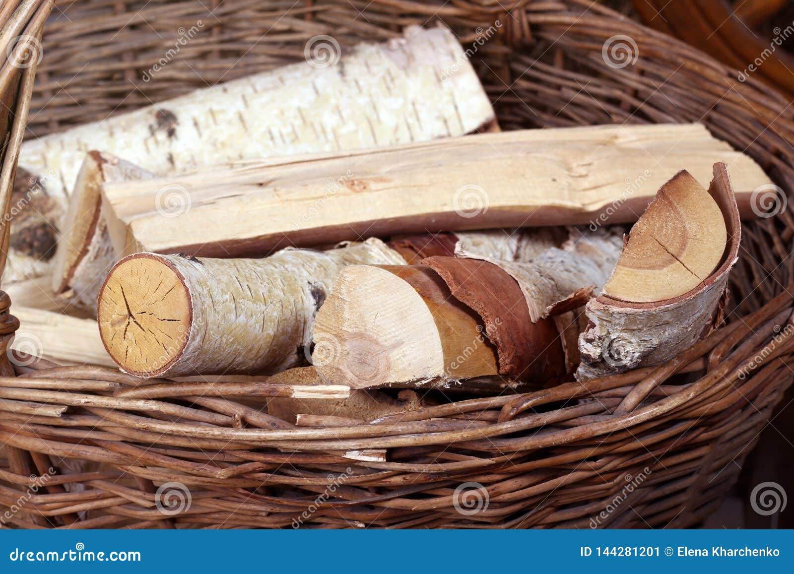 De logboeken liggen in een rieten mand met een handvat op de achtergrond van hooibergen
