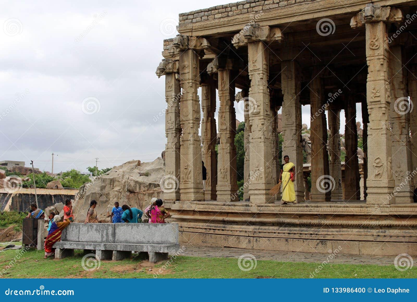 De lokale dames verzamelen zich bij één tempel in Hampi