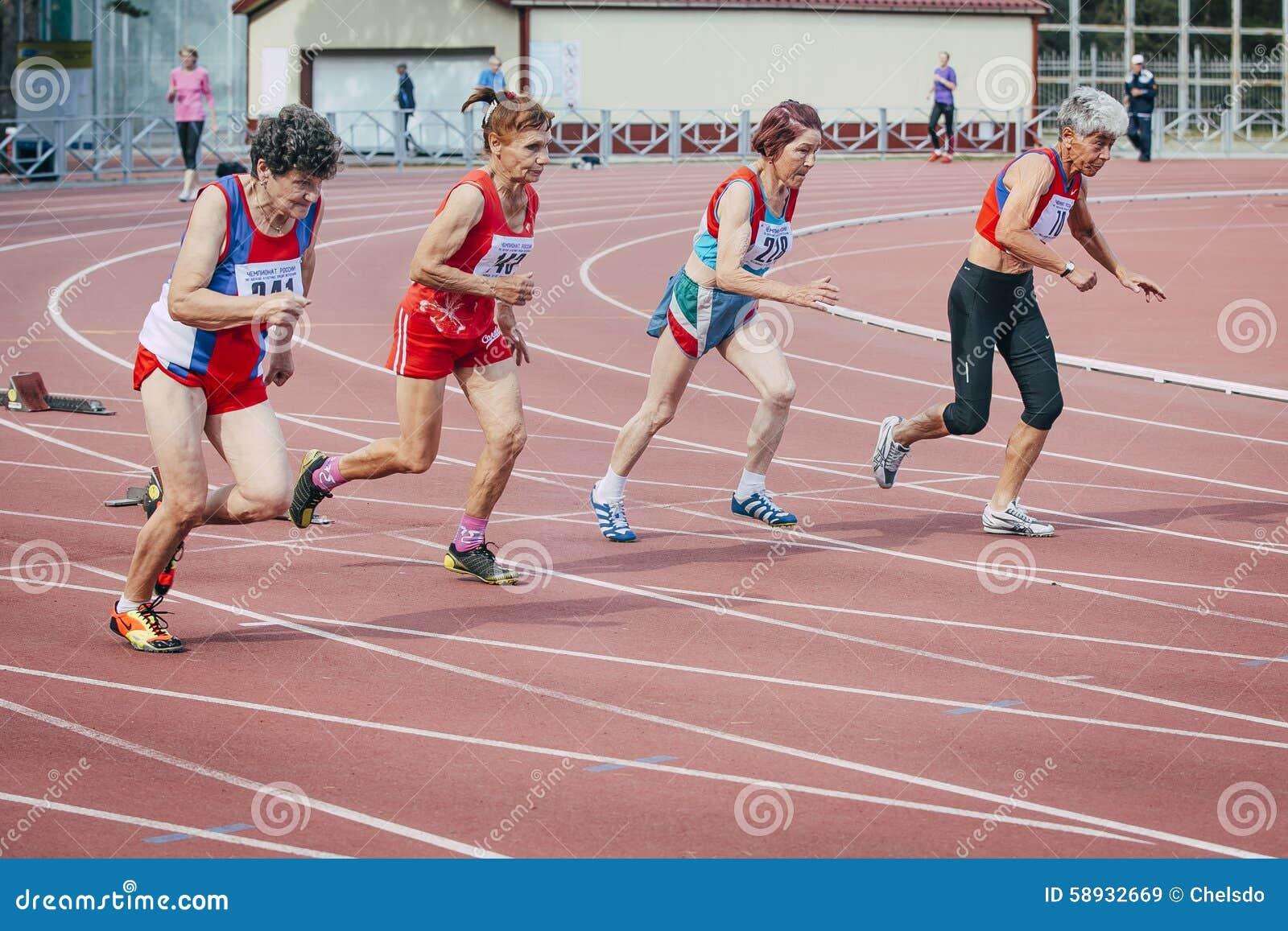 De looppas van oude vrouwen 100 meters