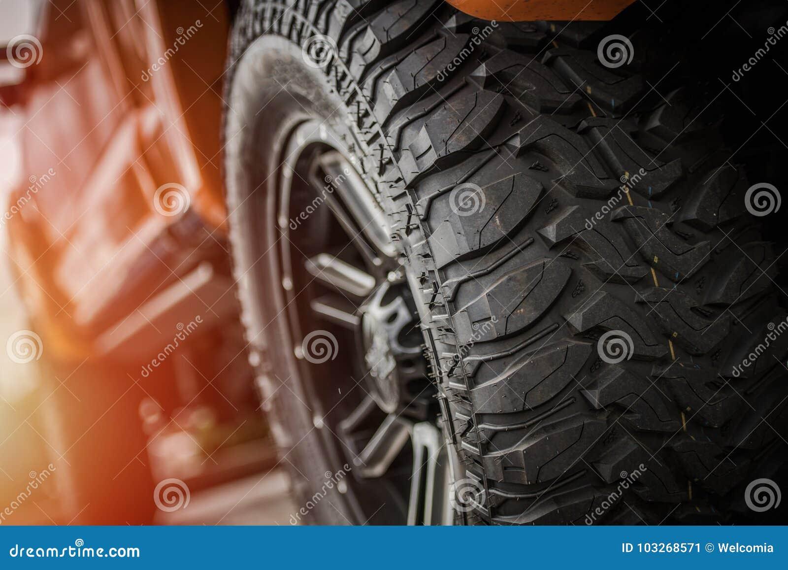 De los neumáticos del camión del camino