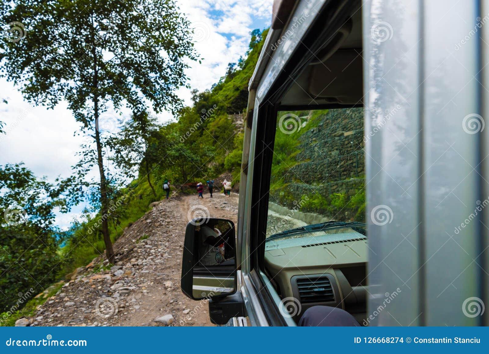 De los vehículos de camino con los turistas en área de la protección de Annapurna, Nepal