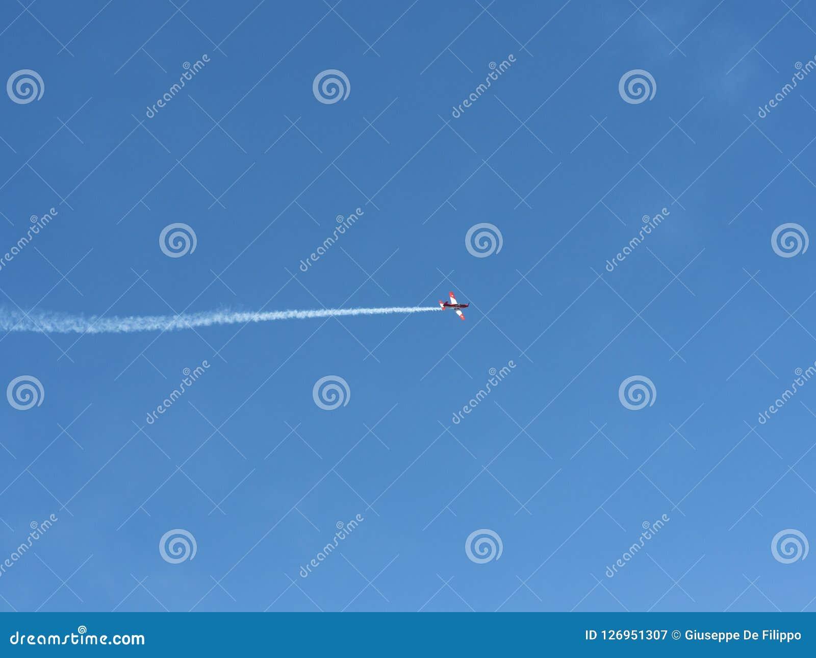De lucht toont van Patrouille Suisse op de Zwitserse alpen