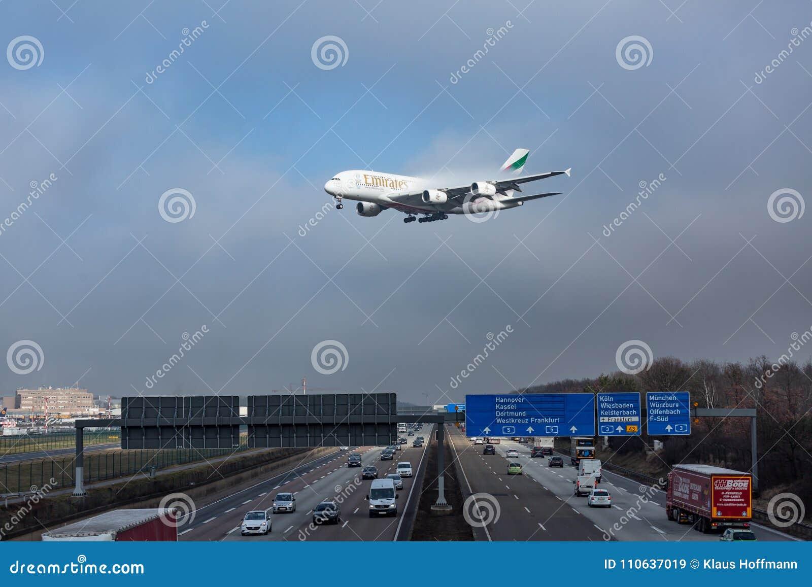 De Luchtbus van emiraten A380 die voor het landen in Frankfurt Airpor naderbij komen