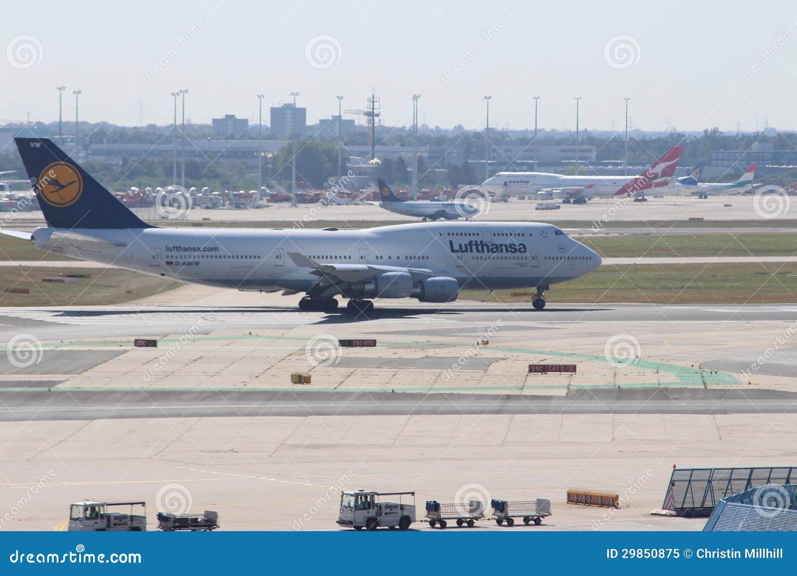 Vliegtuigen bij de Luchthaven van Frankfurt