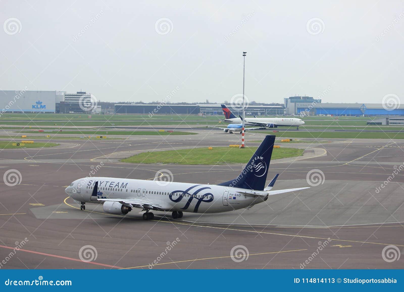 De Luchthavenschiphol van Amsterdam Nederland - 14 April 2018: Ph-BXO KLM op tarmac