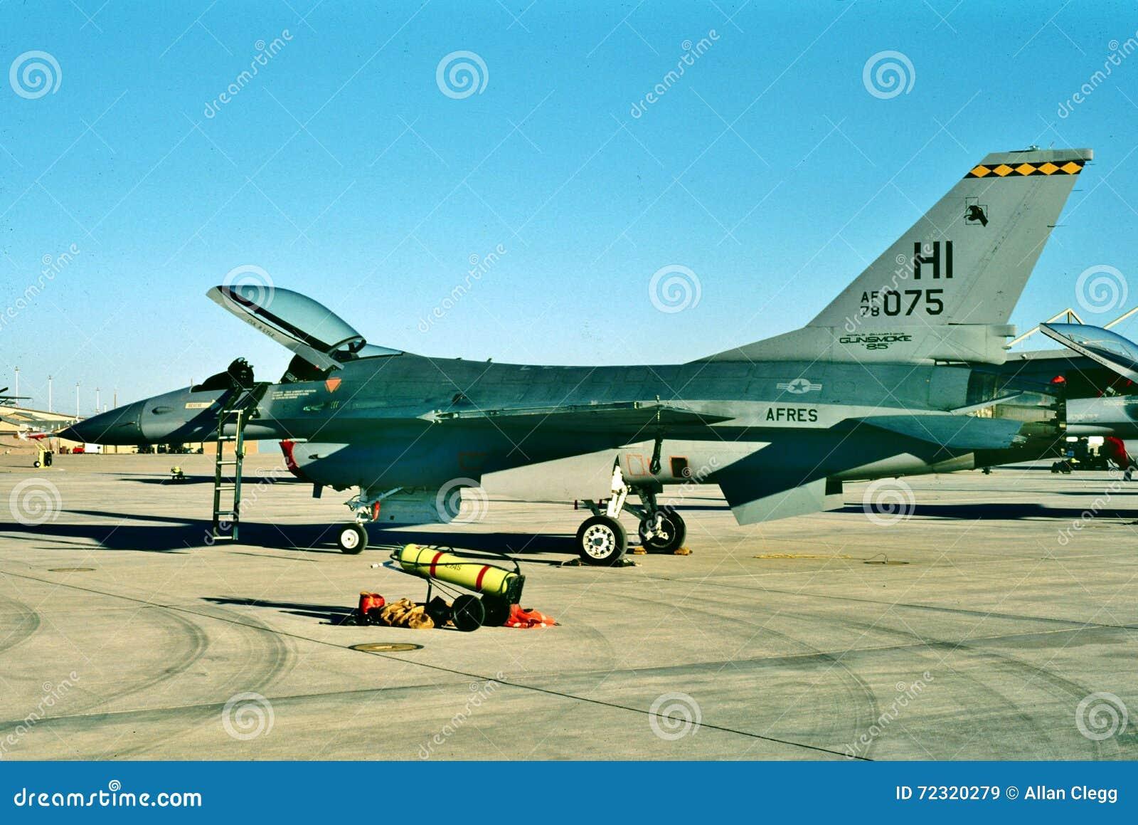 De Luchtmacht Algemene Dynamica van Verenigde Staten F-16A die op zijn volgende opdracht wachten