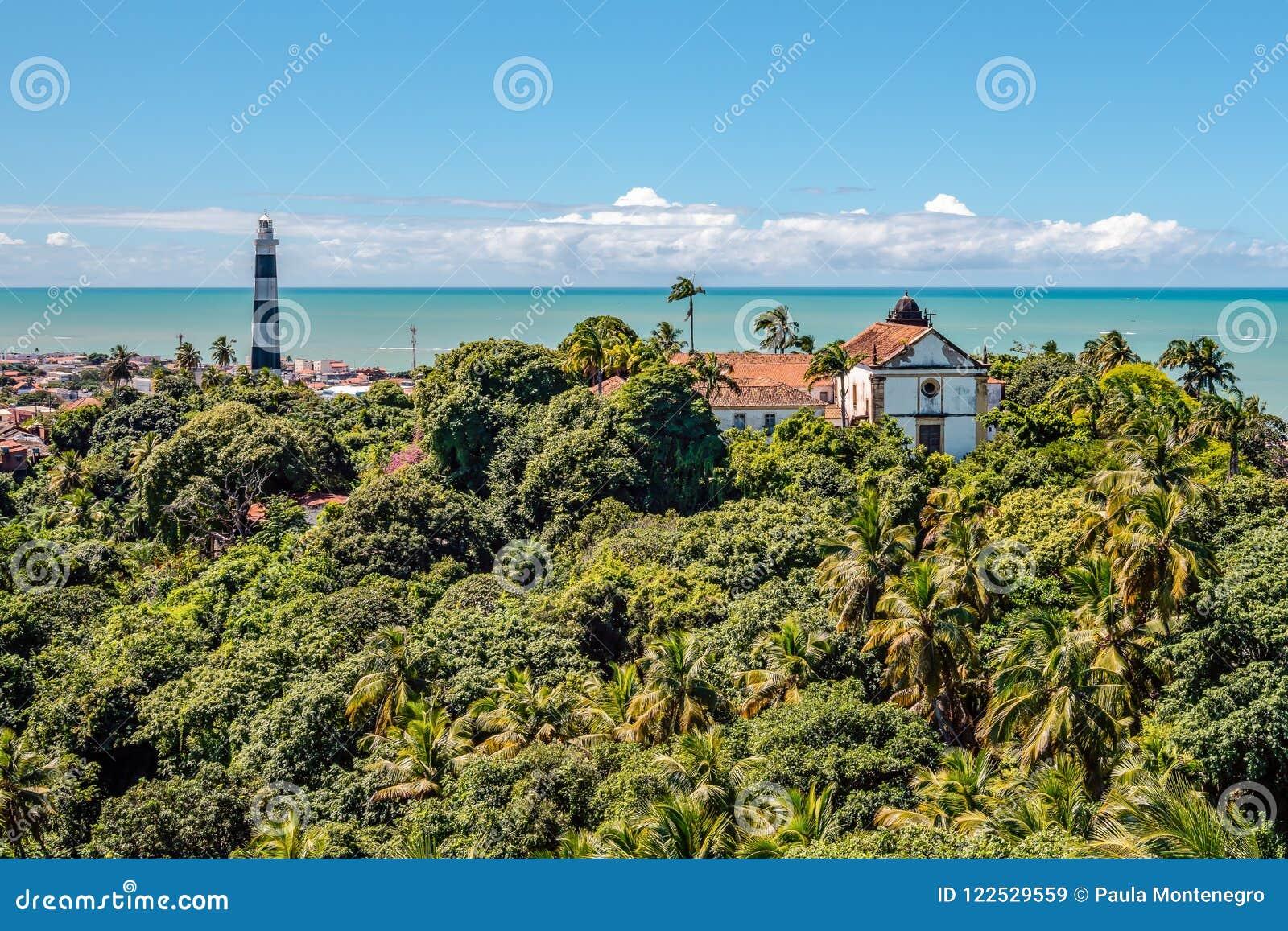 De luchtmening van Olinda Lighthouse en Kerk van Onze Dame van Gunst, Katholieke Kerk bouwde 1551, Olinda, Pernambuco, Brazilië i