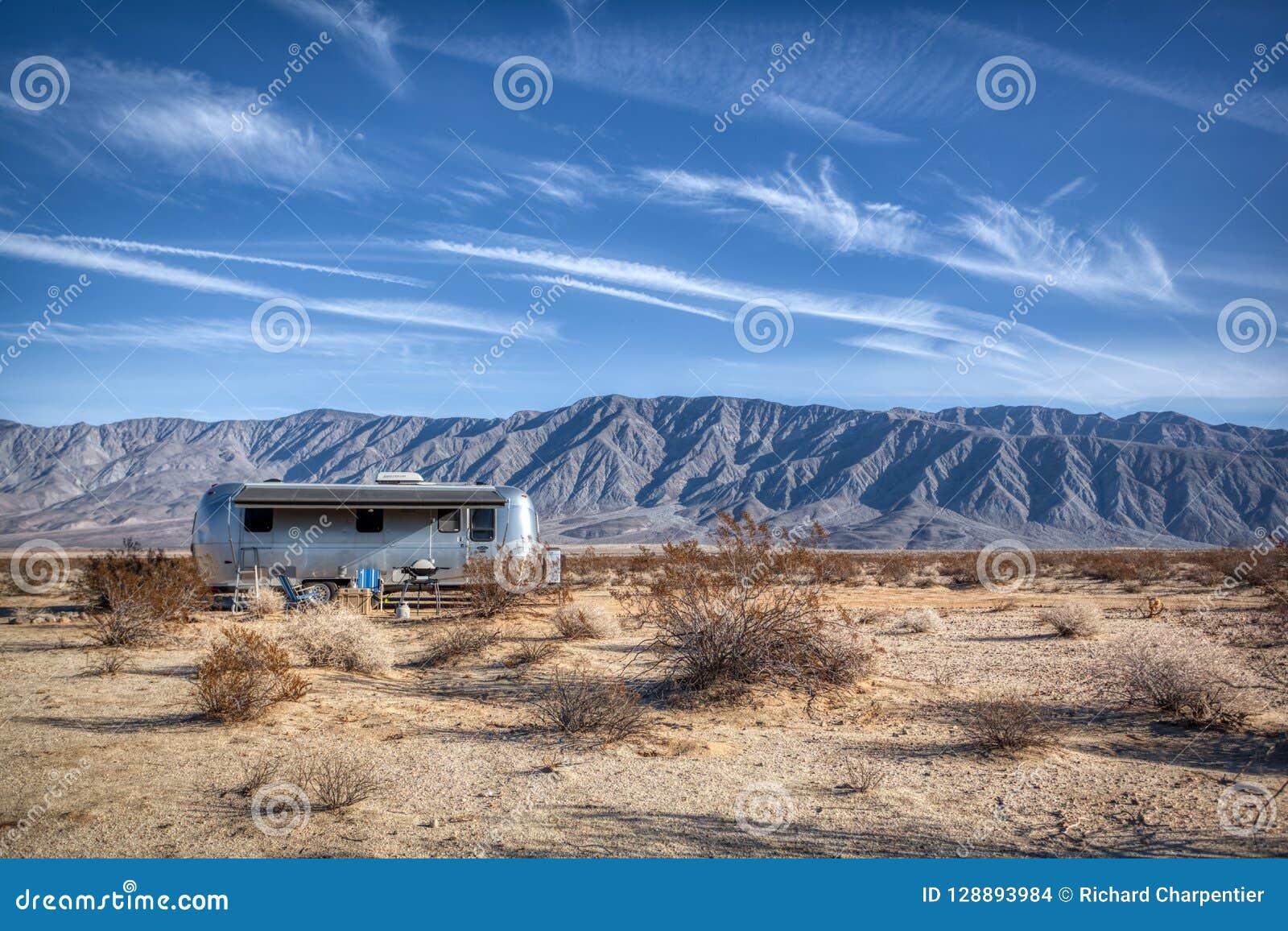 De de Luchtstroomkampeerauto van de Borregolentes parkeerde in de Woestijn van Californië