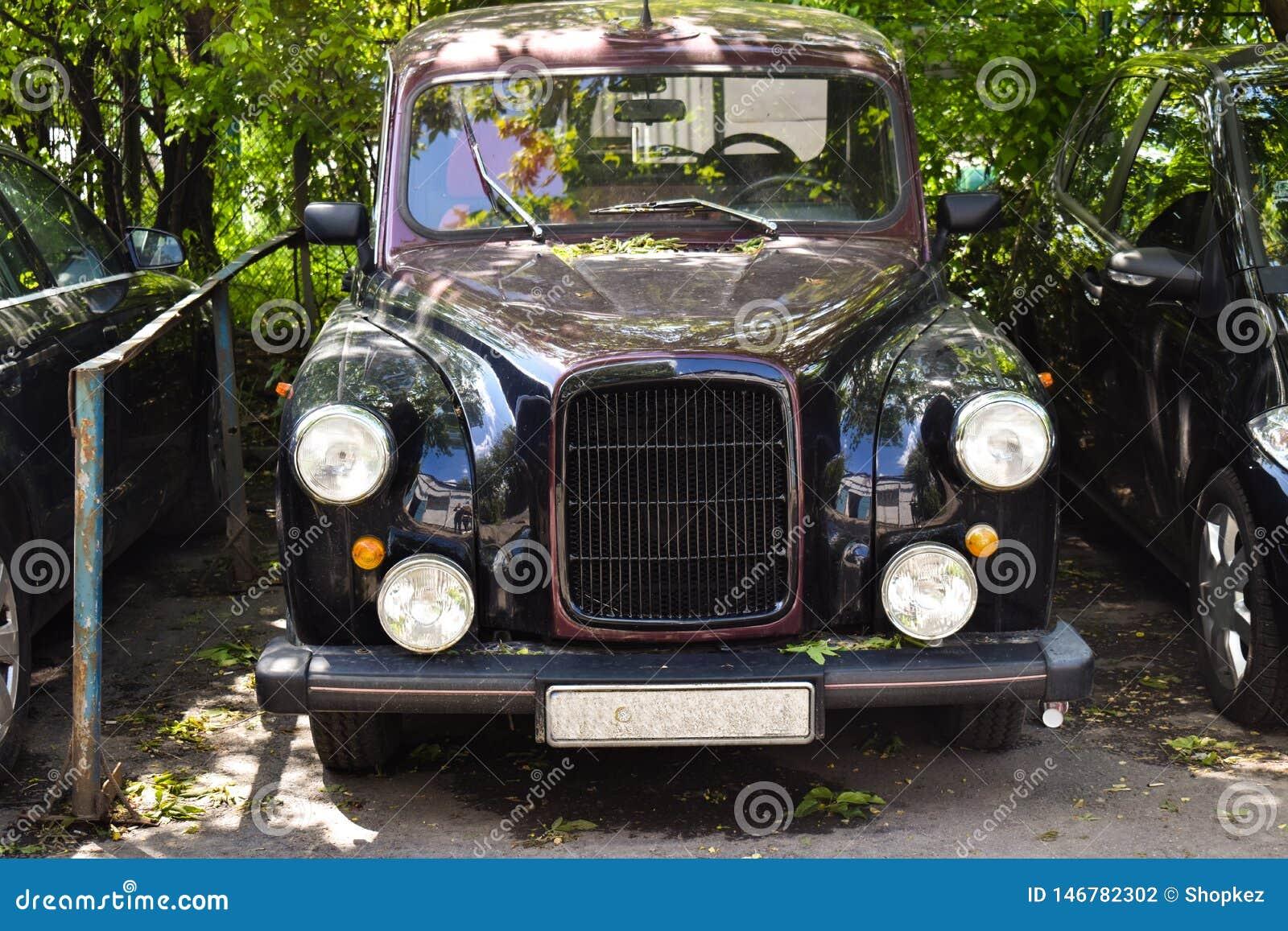 De lujo el vintage aparcamiento en la ciudad