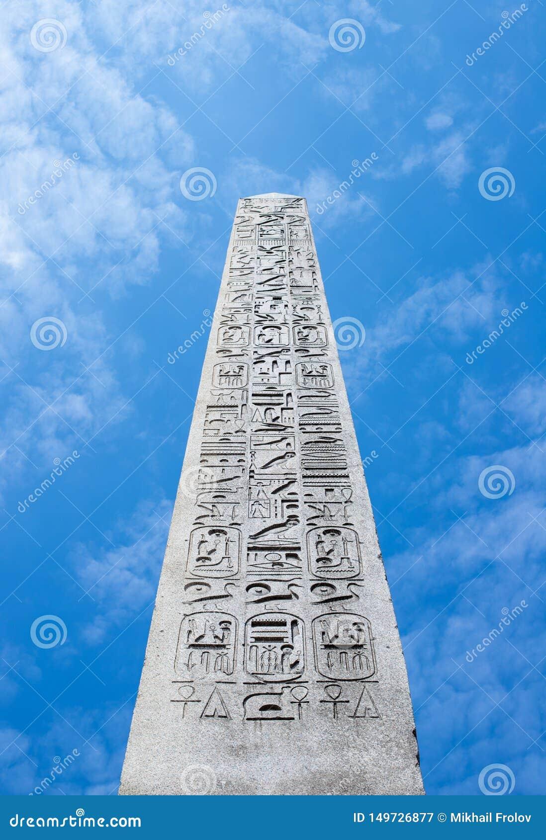 De Luxor-Obelisk tegen blauwe hemel in Parijs, Frankrijk