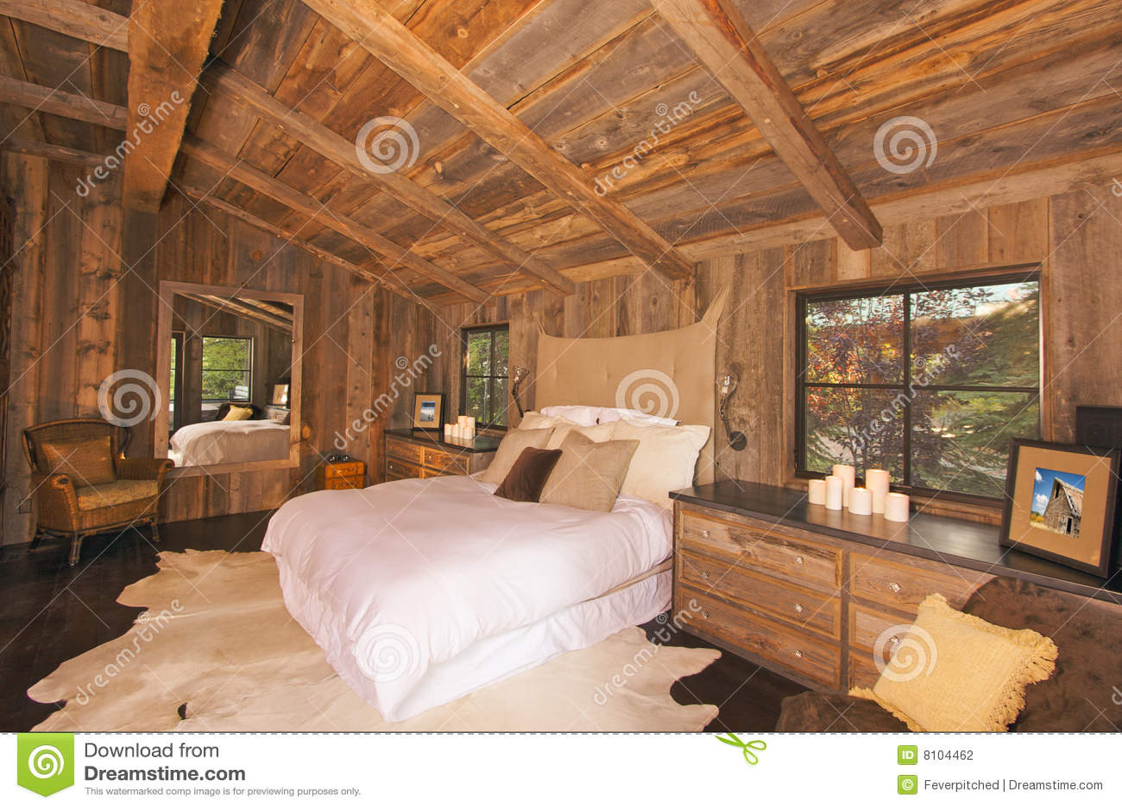 Landelijke Rustieke Slaapkamer : De luxueuze rustieke slaapkamer van het blokhuis stock foto