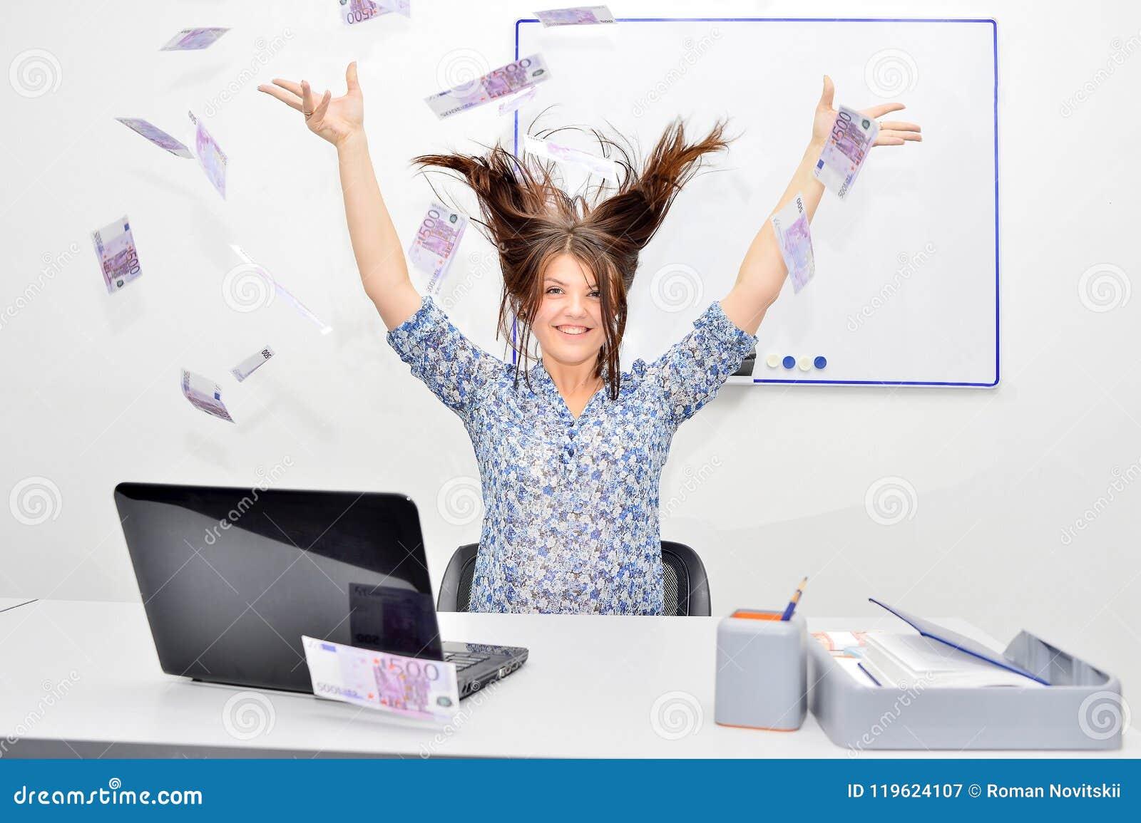 De lyckliga brunhåriga kasten för flickan in i luften fakturerar 500 euro Framgångbegrepp av en ung kvinna