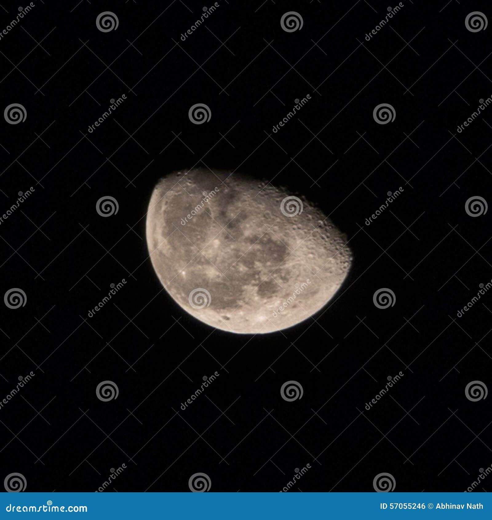 De maan… in een bewolkte nacht