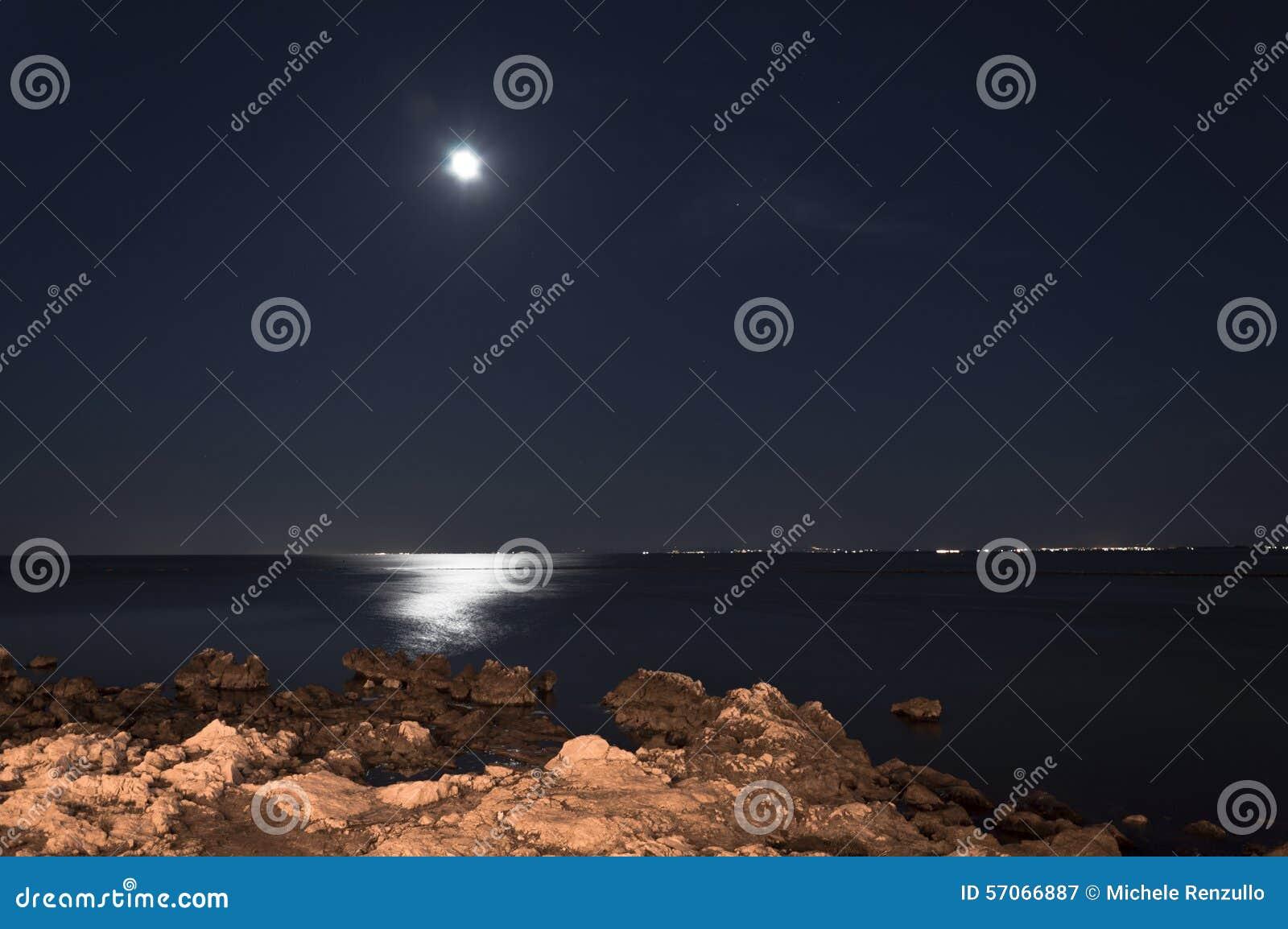 De maan de rotsen