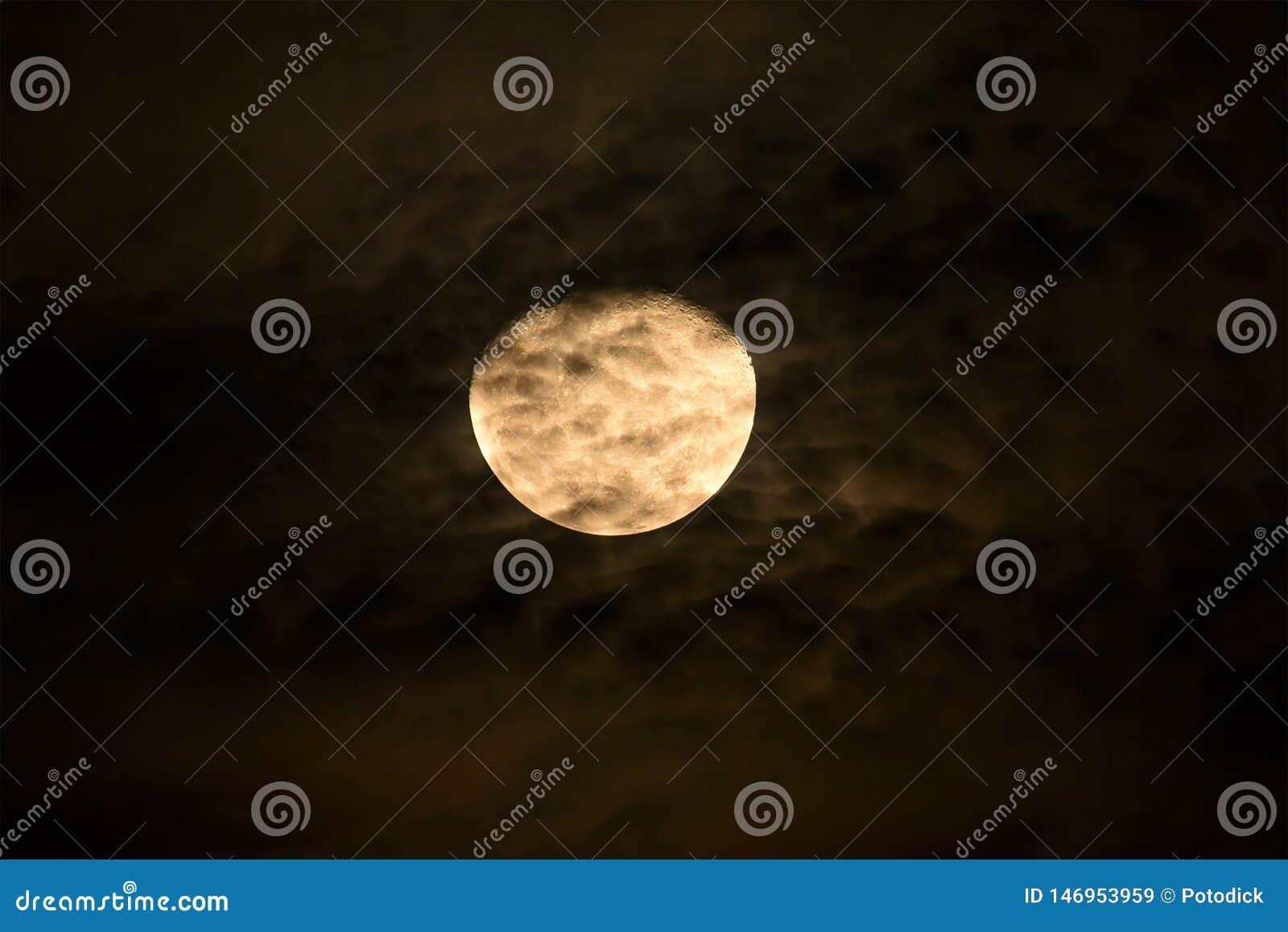 De maan is niet volledig of een derde van een cirkel