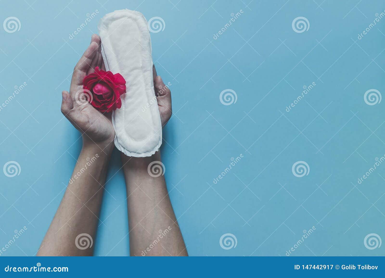 De maandverbanden van de de handholding van het wijfje met rood namen op het toe Het concept dat van periodedagen vrouwelijke men