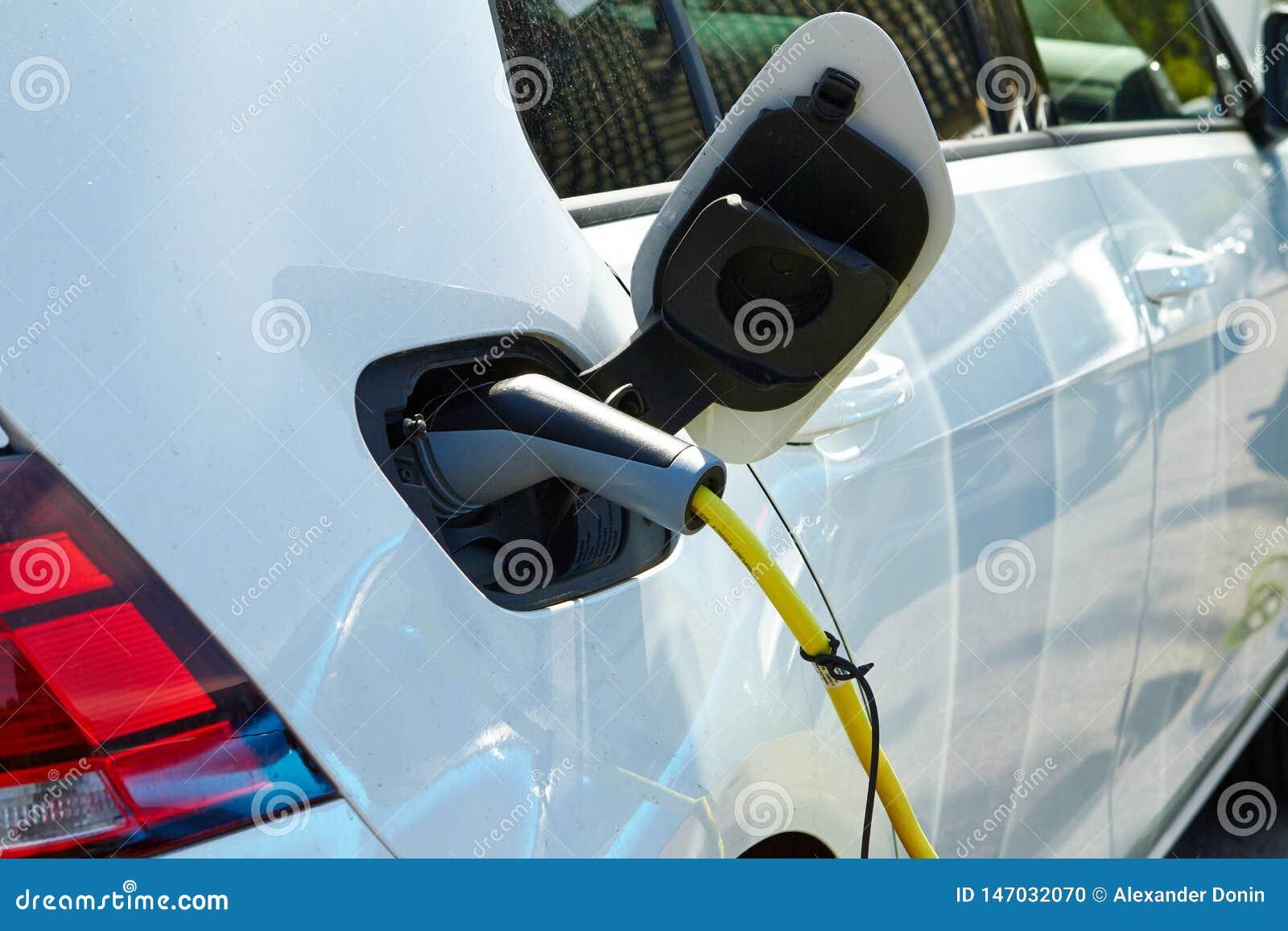 De machine Elektrische auto wordt geladen door elektriciteit