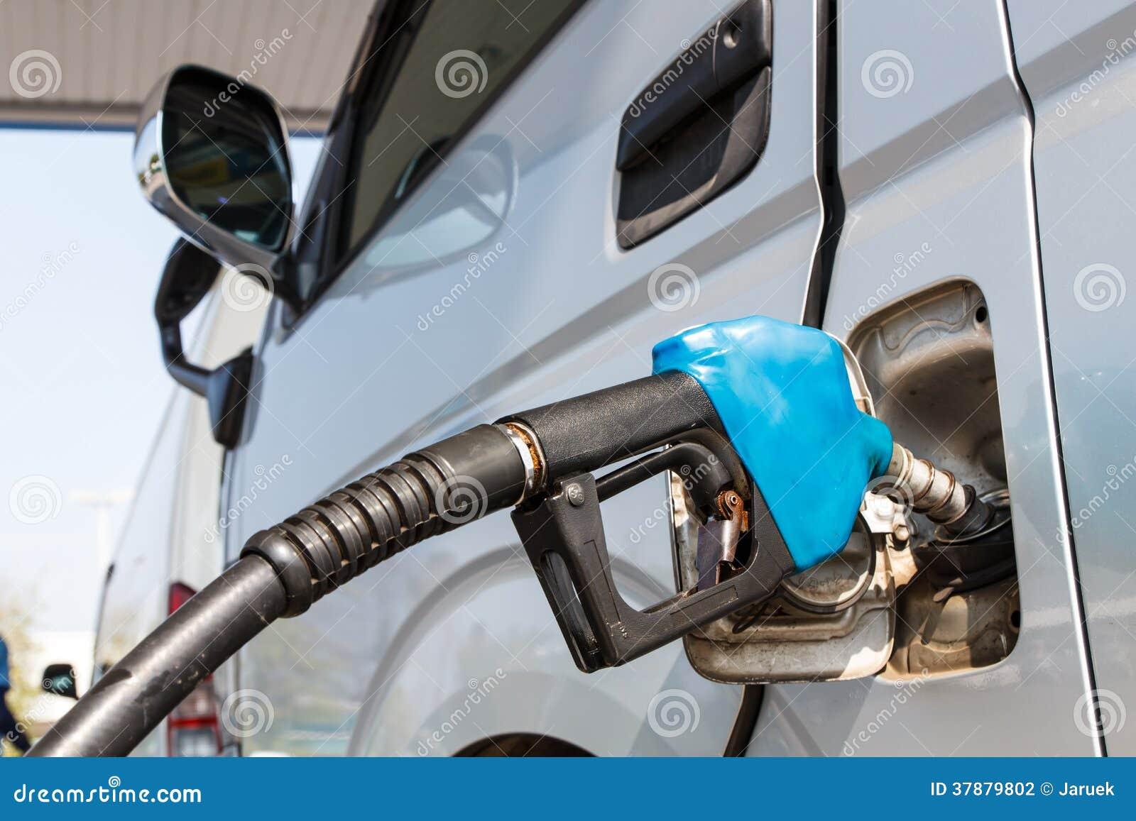 De machine met brandstof vult