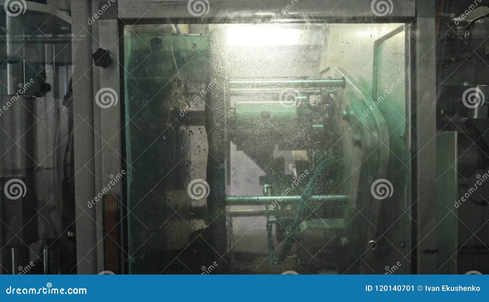 De machine van de zaagmolen cirkelzaag Vervaardiging van plastic waterpijpenfabriek Proces om plastic buizen op de machine te mak