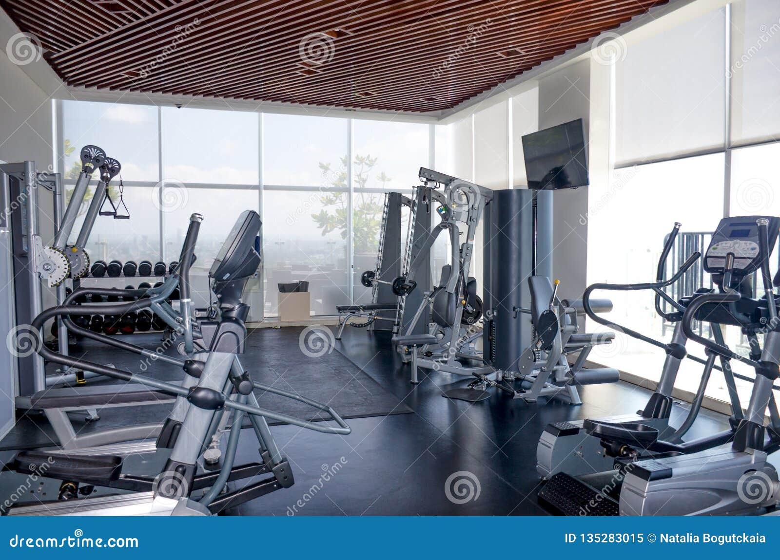 De machines van de oefeningssport in de gymnastiek