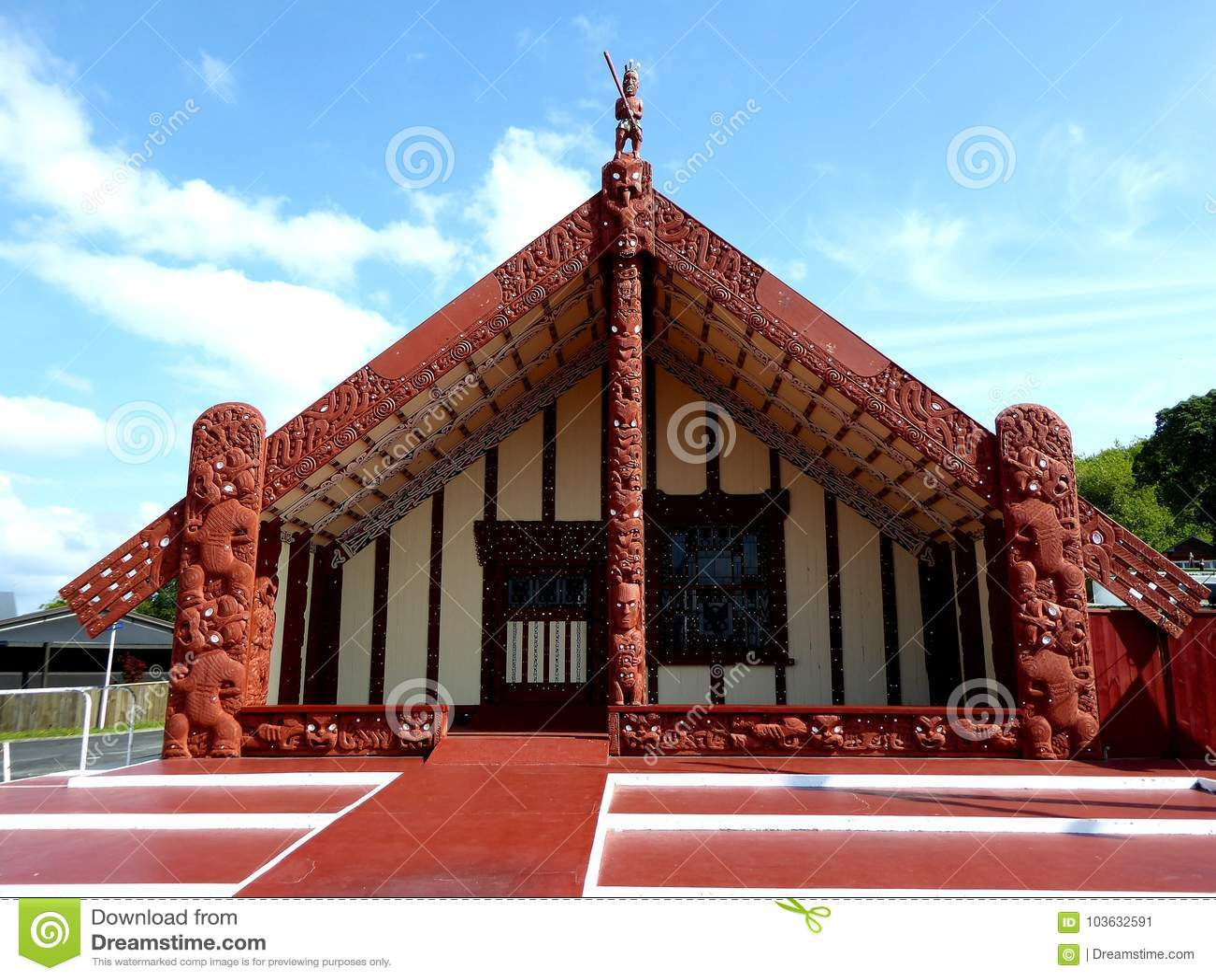 De madeira maori tradicional da casa do alimento cinzelado com decoração Nova Zelândia
