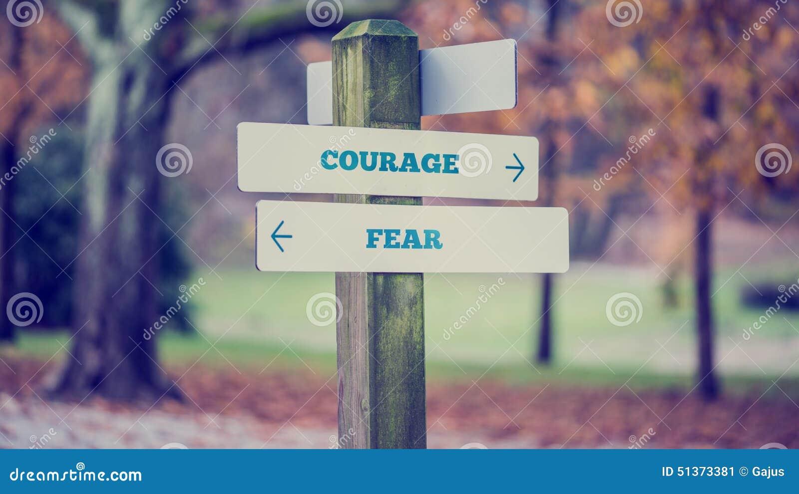 De madeira rústicos assinam dentro um parque com a coragem das palavras - Fe do outono