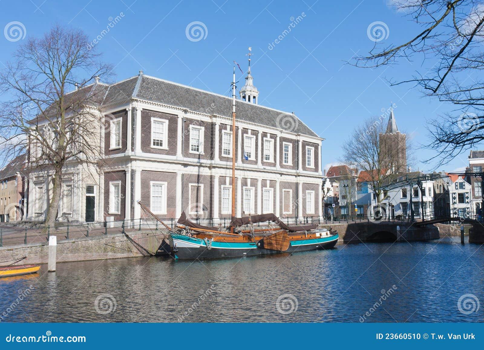 De madera tradicionales barge adentro el puerto holandés viejo