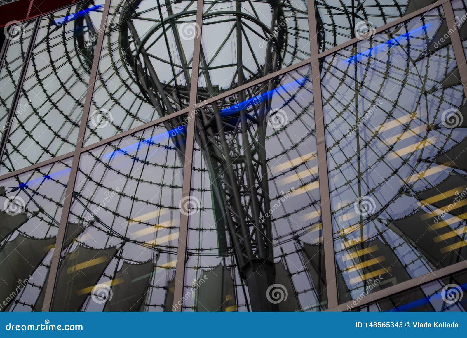 15 de maio de 2019 Berlim, Alemanha Complexo de com?rcio, de escrit?rio de Sony com a ab?bada branca e redonda sobre as constru??