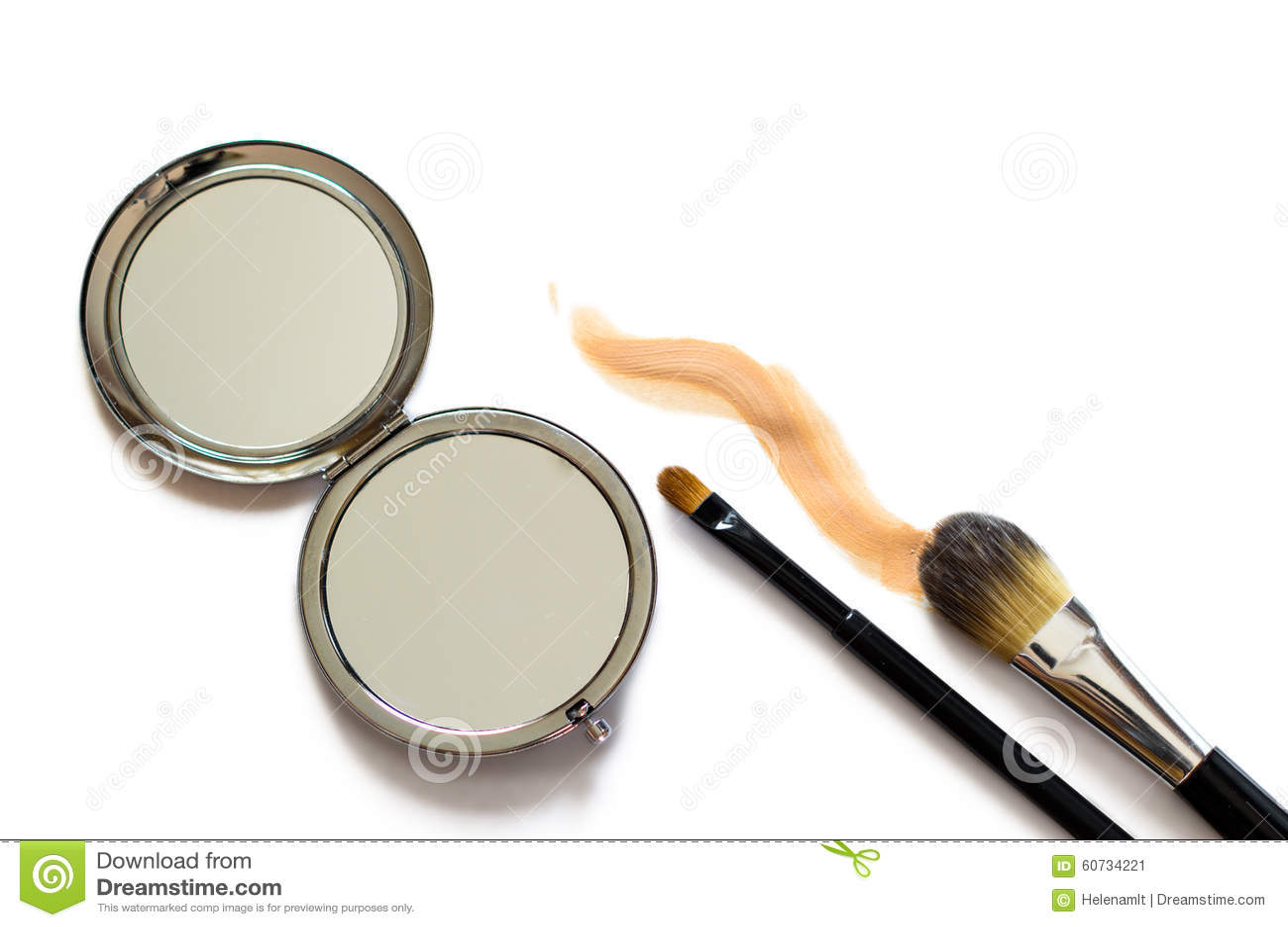 De make-up borstelt een spiegel