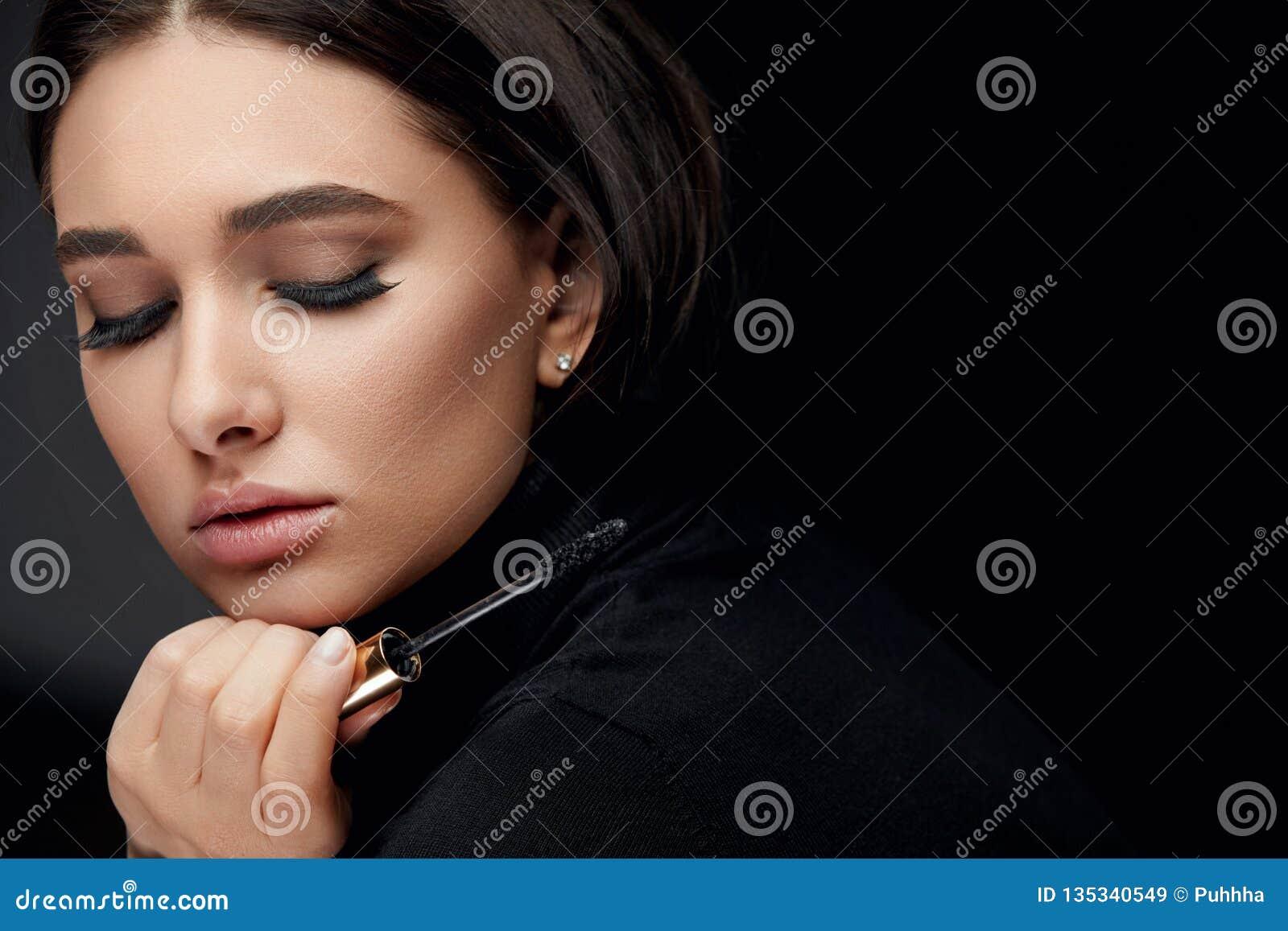 De Make-up van de schoonheid Vrouw met Lange Zwarte Wimpers en Mascaraborstel