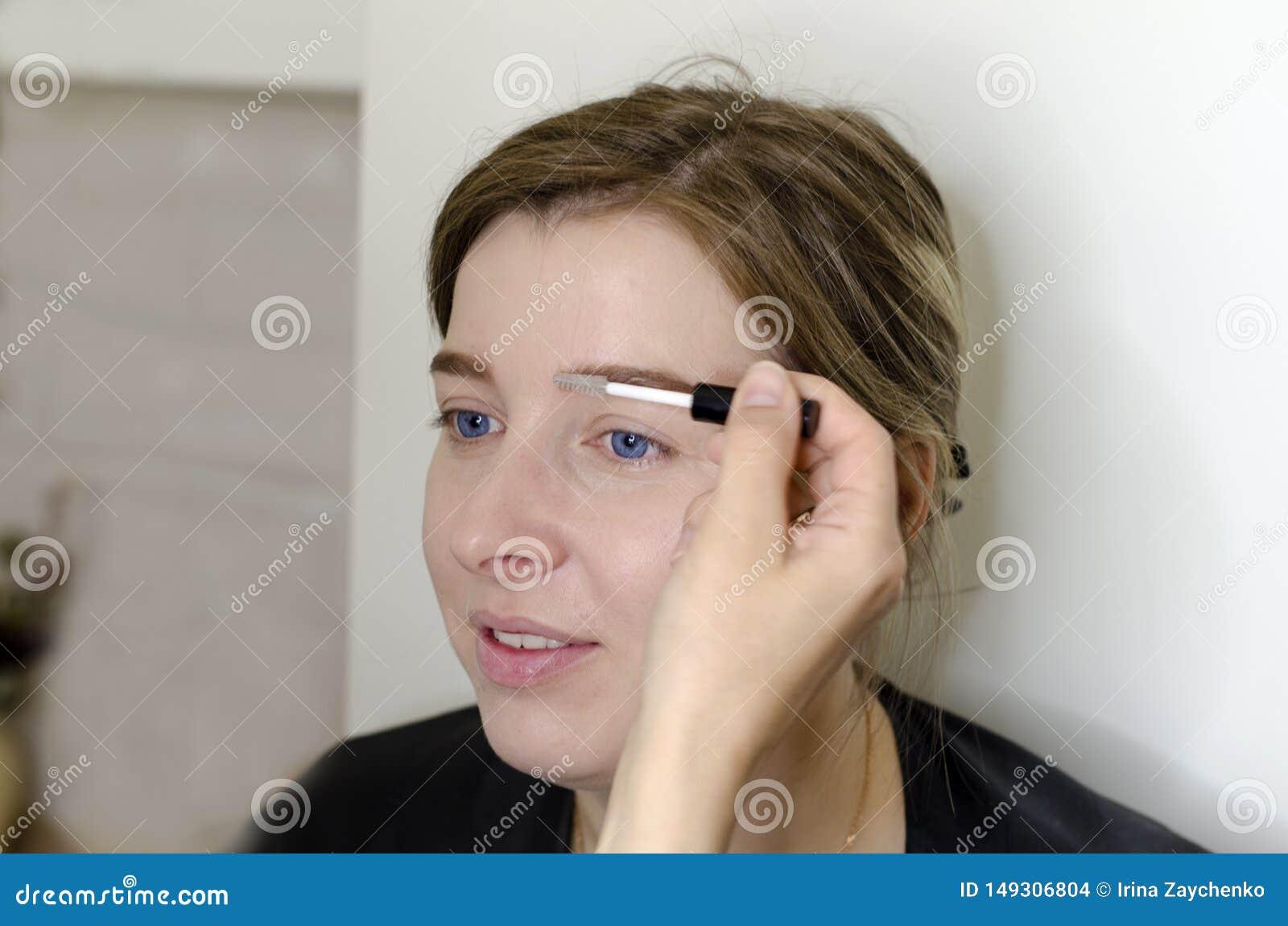 De make-upkunstenaar doet make-up voor het meisje