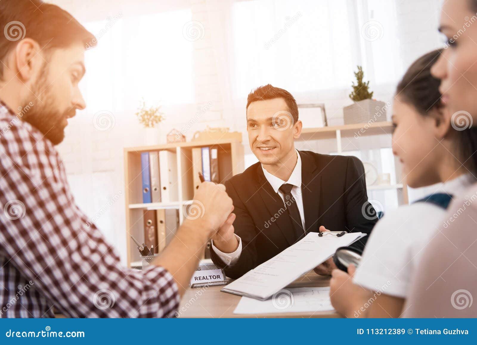 De makelaar in onroerend goed verklaart aan de volwassen mens welke gegevens het noodzakelijk is om in document voor aankoop van