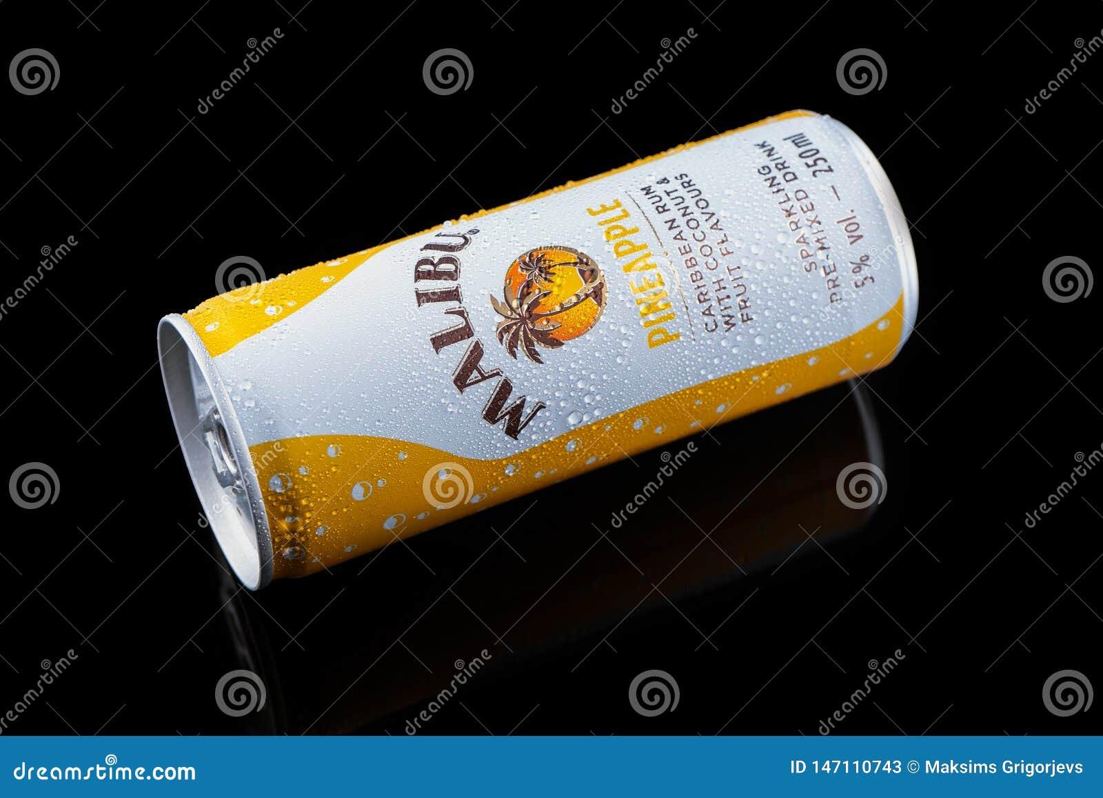 De Malibu pineaple drank, alcoholische drankcocktail in aluminium kan op zwarte achtergrond, Devon, het Verenigd Koninkrijk, 26 N