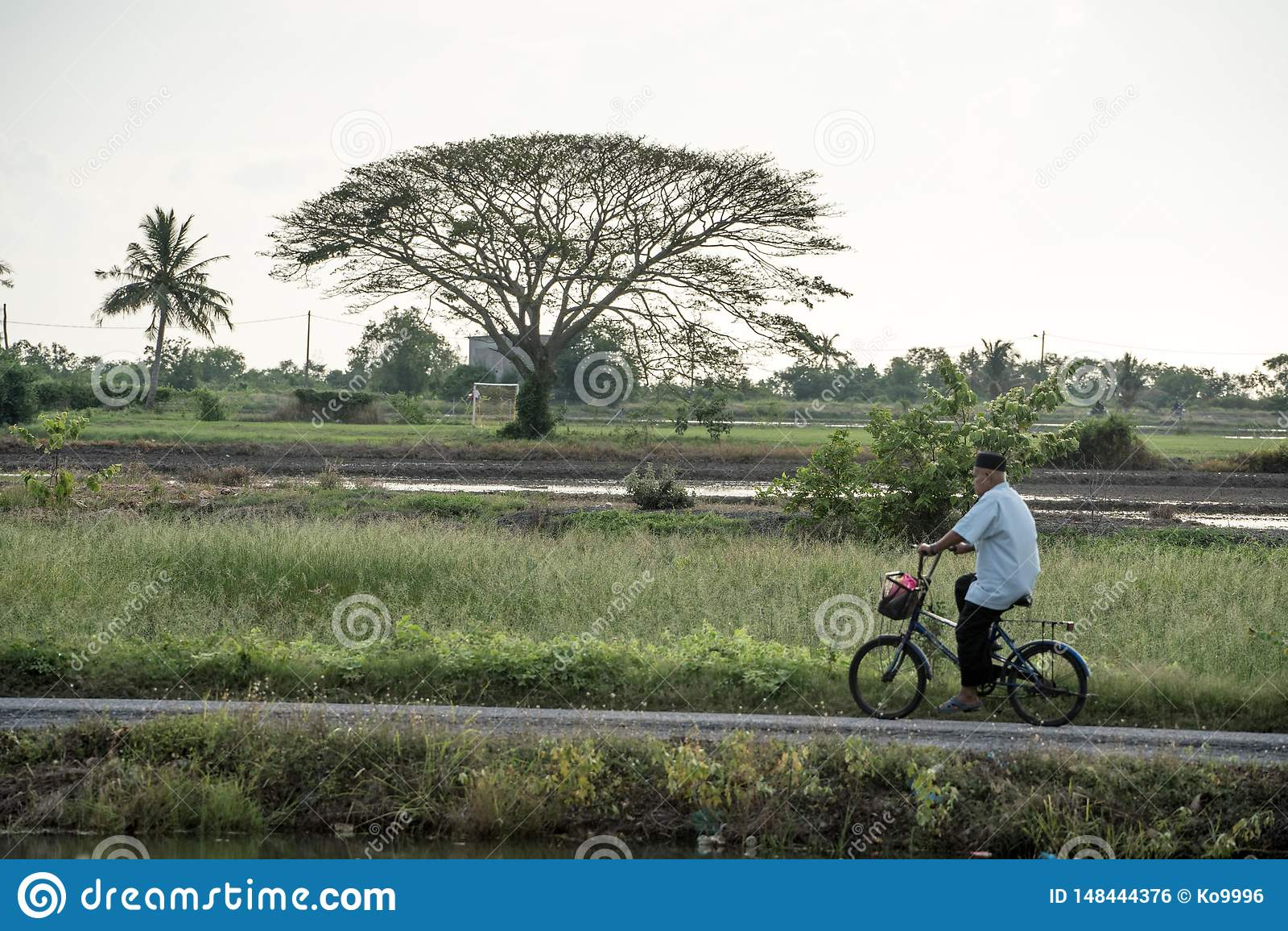 De man die door het dorp cirkelen