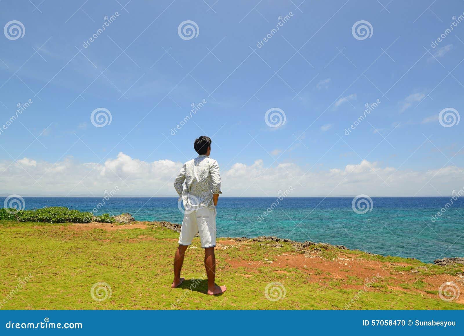 De man die op het strand ontspant