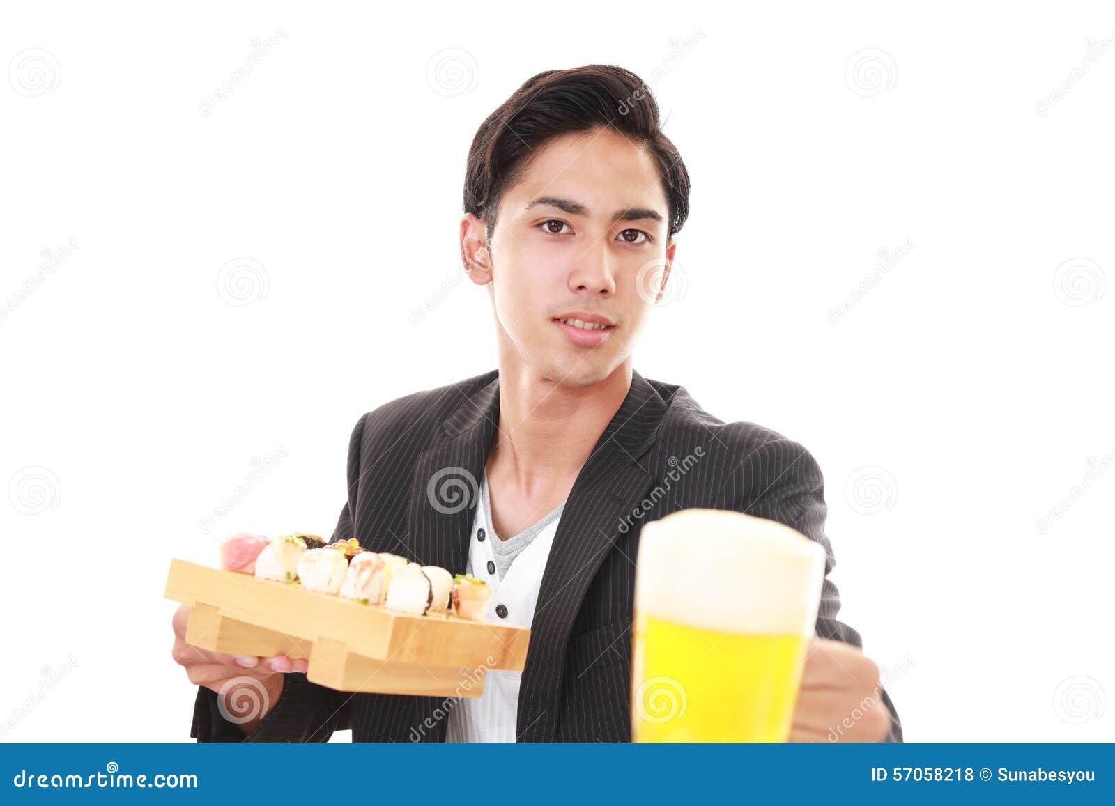 De man die sushi eet
