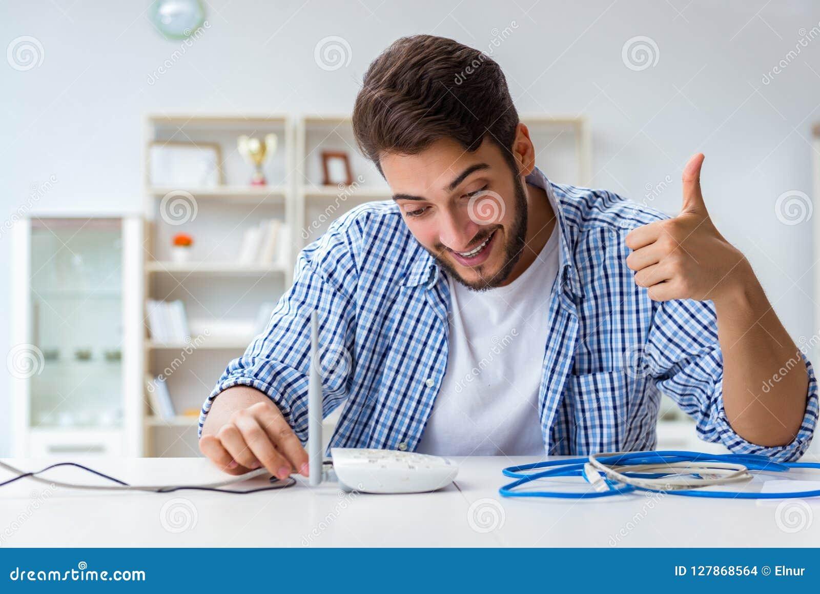 De man die van snelle Internet-verbinding genieten