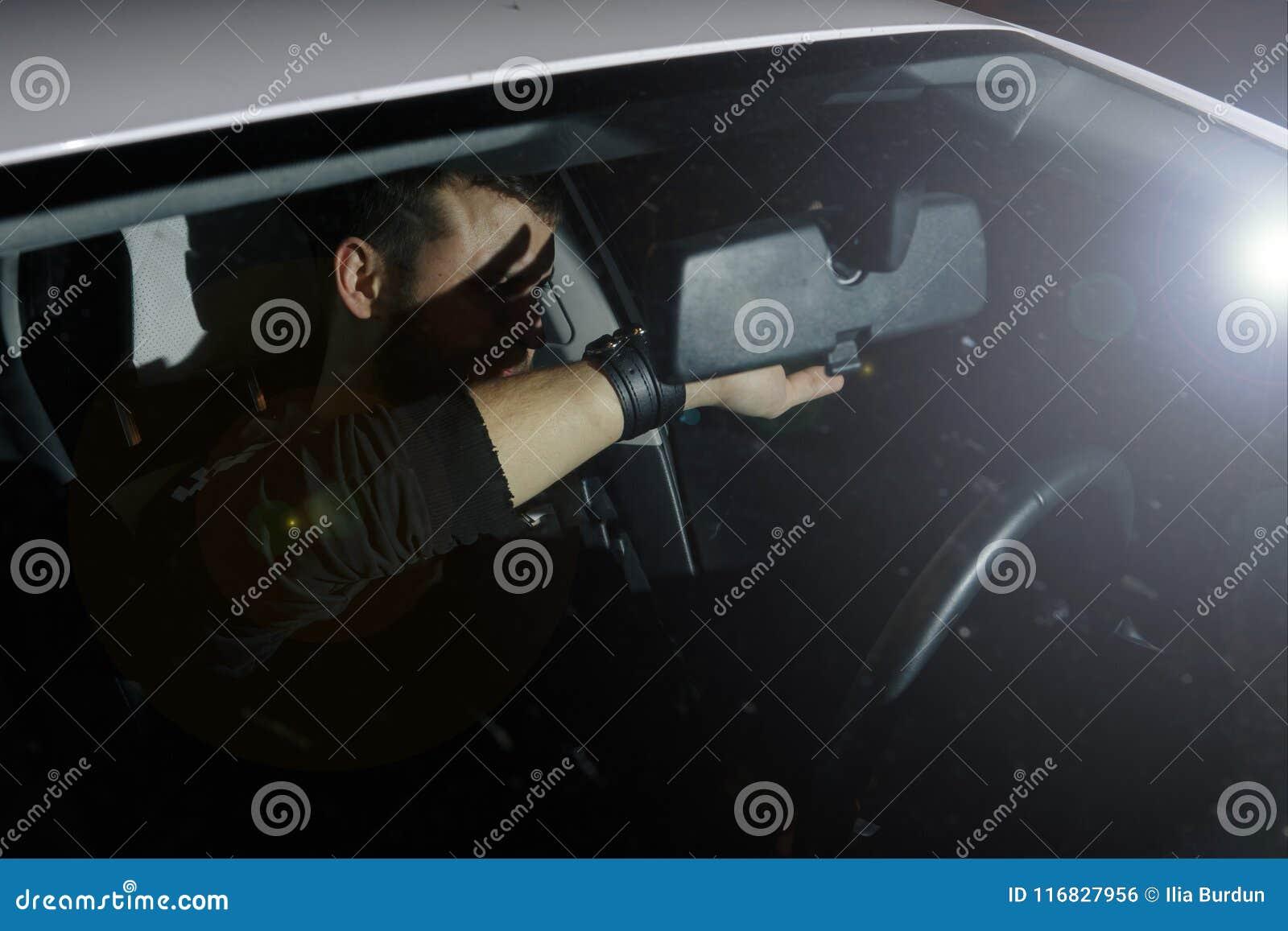 De man en de vrouw drijven een auto in noodsituatiesituatie Avondnacht