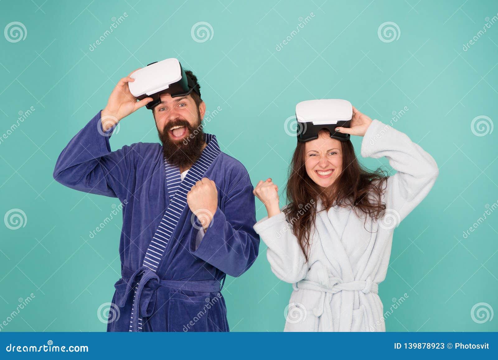 De man en de vrouw onderzoeken vr VR technologie en toekomst VR mededeling Opwindende indrukken Het wekken van virtueel
