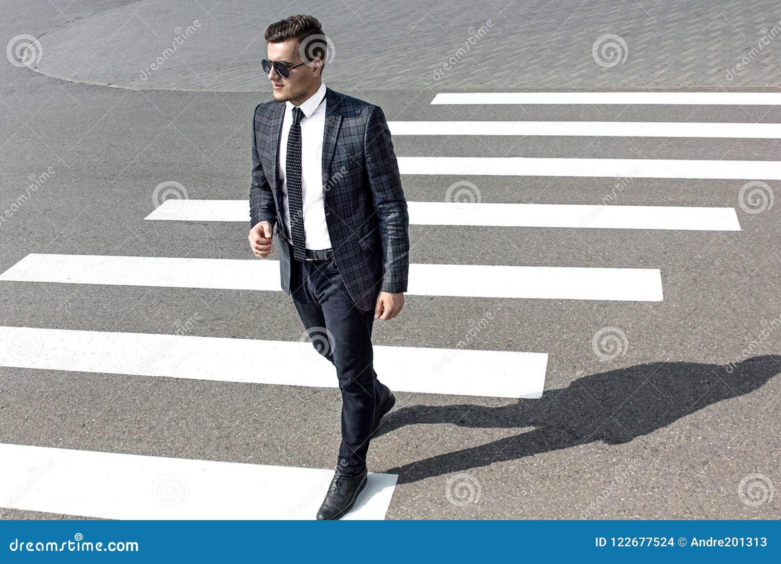 De man kruist de weg