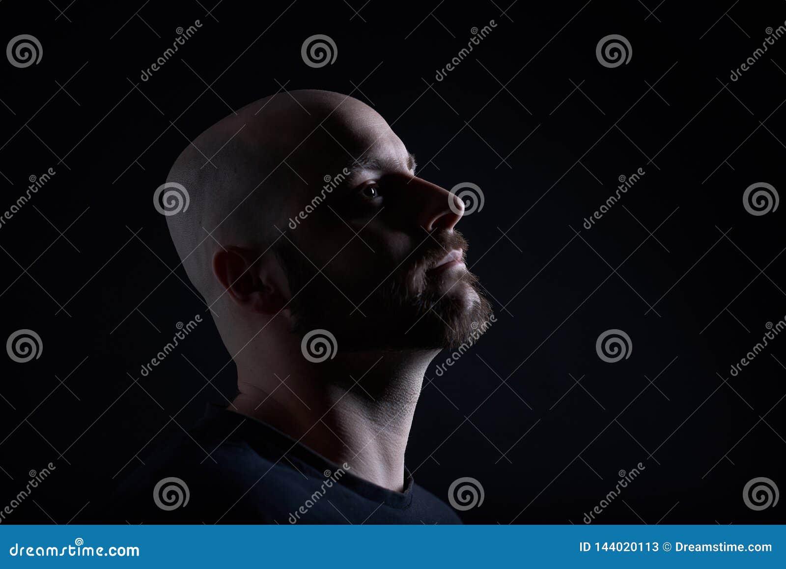 De man met baard op donkergrijze achtergrond