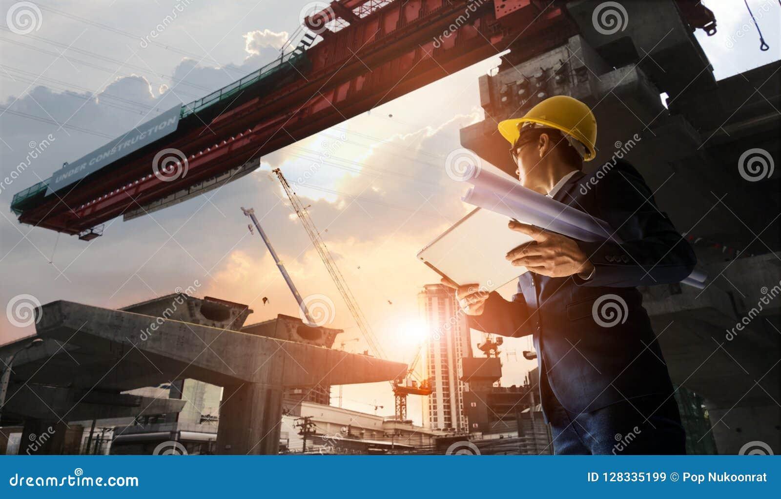 De manager die van de bouwingenieur vooruitgang van BTS Statio controleren